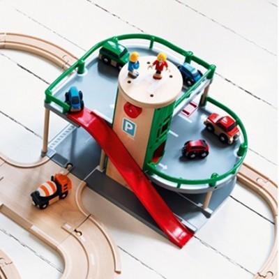 BRIO parkeringshuset binder vejene og togbanen sammen