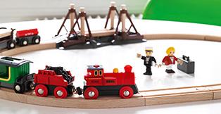 Hos Legetøj Online har vi et stort udvalg af BRIO lokomotiver, vogne og andet tilbehør