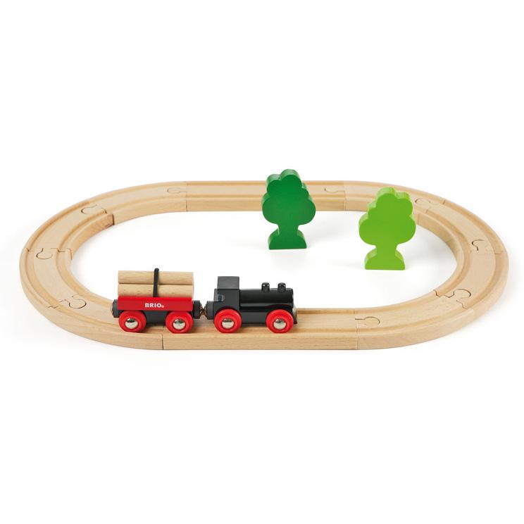 Et fint nybegyndet BRIO togset med tog, vogn og en lille skov