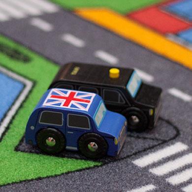 2 klassiske legetøjsbiler fra Londen leveret af Legetøj Online produceret af Le Toy Van
