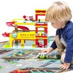 Her ses garagen sammen med et legetæppe fra Le Toy Van