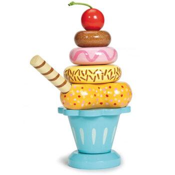 Isdesserten som legemad i træ hedder sundae ice cream