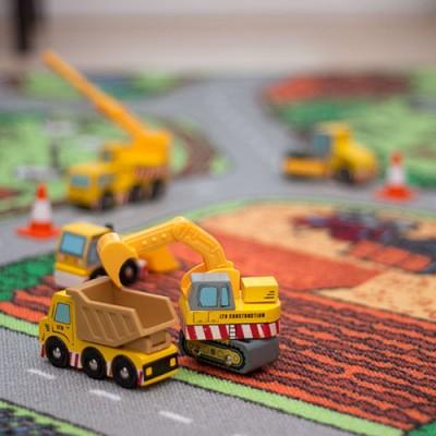Le Toy Van legetøjsbilerne fikser vejen på trafiktæppet fra Legetøj Online