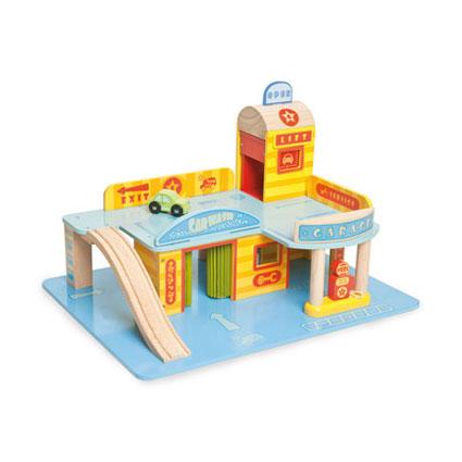 Min første garage fra Le Toy Van sælges hos Legetøj Online og er perfekt til legetøjsbilerne hjemle