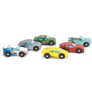 6 forskellige legetøjsbiler i træ