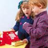Børn der leger med Le Toy Vans Honebake kasseapparat legetøj i træ fra Legetøj Online