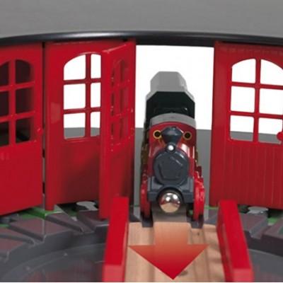 Den store BRIO remise rummer hele 5 lokomotiver