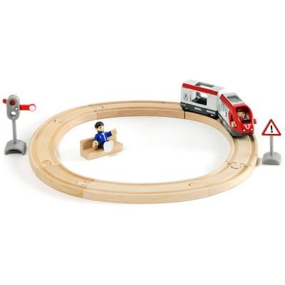 En BRIO togbane med persontog hvor hele familjen kan rejse med!