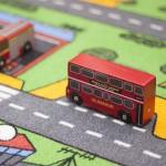 Londonbus fra Le Toy Van parkerer på trafiktæppets busholdeplads