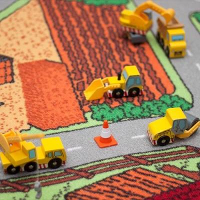 Closeup af arbejdsbilerne fra Le Toy Van som arbejder på trafiktæppet