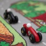 Her er den sorte Vilac racer i baggrunden af den røde legetøjsbil
